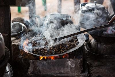 Etiopisk kaffe stekt på tradisjonell måte