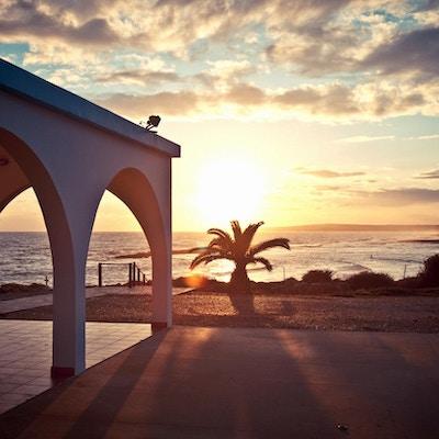 Vakker solnedgang utenfor stranden
