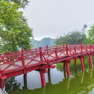 Huc Bridge som spenner over Ngoc Son Temple, Hanoi, Vietnam med buet broarkitektur crawfish rød symboliserer hovedstadsregionen tusenvis av år sivilisasjon, gudstempelskilpadder kommer inn i Vietnams historie