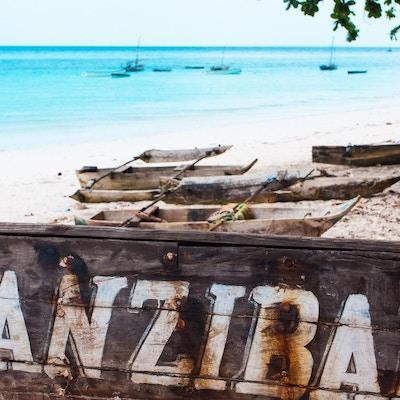 Forlatt hvit sandstrand sør på øya Zanzibar