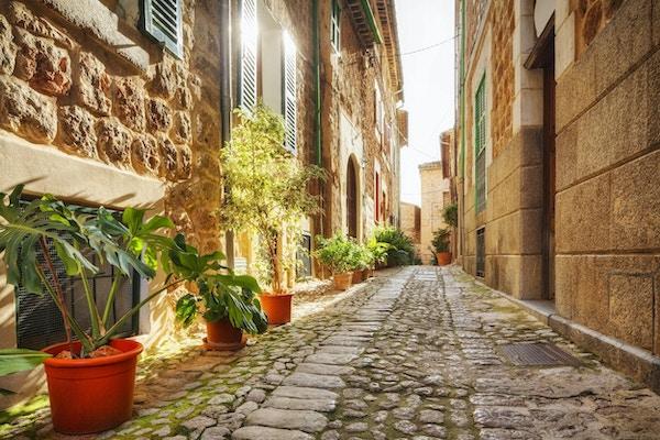 """""""en smug i Fornalutx - Mallorca / SpaniaFornalutx er en av de mange umulig vakre fjellandsbyene som prikker fjellsiden på Nord-Mallorca. Den ligger omtrent 6 km øst for Soller, og består av svingete, smale gater sammen med bratte trapper og pittoreske grønne torg . Den naturskjønne beliggenheten har gjort det veldig populært blant eks-pats, som tilsynelatende eier omtrent 40% av hjemmene i landsbyen. """""""