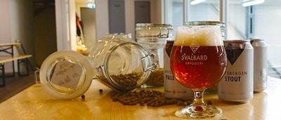 Øl fra Svalbard Bryggeri på et bord