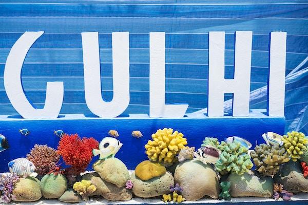 """Velkomstskilt til Gulhi-øya i Kaafu-atollen på Maldivene som er åpnet for utenlandske turister og har en """"bikinistrand"""" der turistene har tillatelse til å bade i bikinier. Øya har fin strand med hvit sand, grunt turkis vann og kan besøkes på dagstur fra Maafushi, som er det sentrale punktet for å reise rundt på sandøyene."""