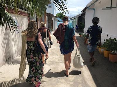 Mennesker på tur langs smågater Guraidhoo
