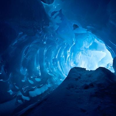 Nydelig lys og formasjoner inne i isgrotte