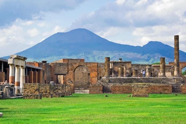 Gamle ruiner av Pompei og vulkanen Vesuv, Italia