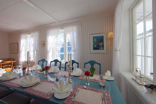 Dekket bord i spisesalen på Nes Gard