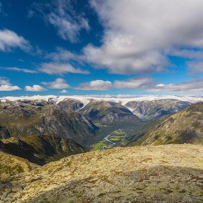 Storslått fjellutsikt i Jostedalen