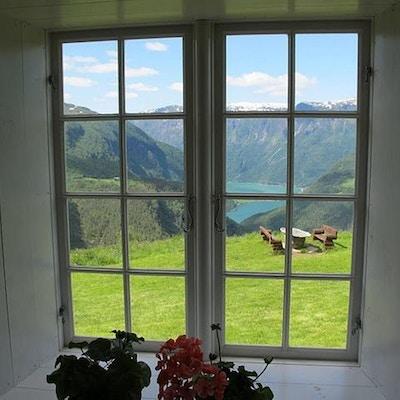 Utsikt fra hovedhuset på Fuglesteg i Sogn
