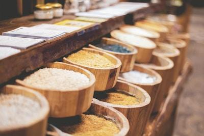 teller med rader med forskjellige korn i markedsbutikken