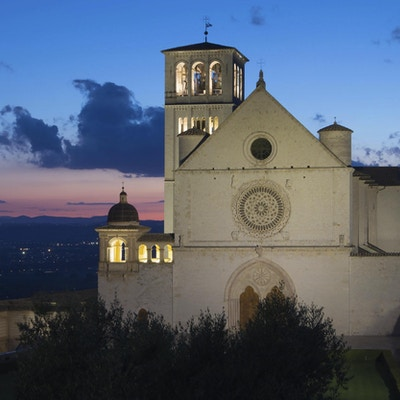 Den pavelige basilikaen av St. Francis av Assisi etter solnedgang (Assisi, Umbria, Italia)
