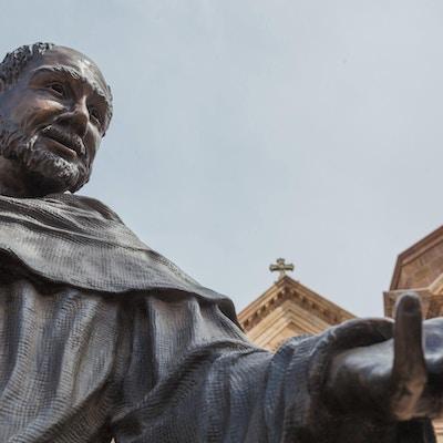 Sankt Francis av Assisi, statue ved Saint Francis katedral basilika, Santa Fe, New Mexico. Horisontal lavvinkel og vidvinkelsammensetning.