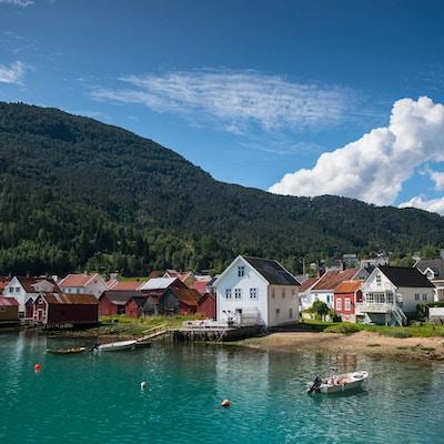 Husene i sjøkanten i Solvorn på en solværsdag