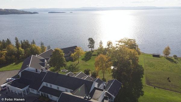 Jegtvolden Fjordhotell ligger i landlige omgivelser på Inderøy. Gress, skog og vann rundt Foto: Fredrik Solstad