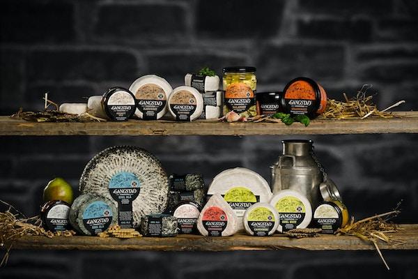 Oster av ulike typer pakket inn og utstilt i gårdsbutikk