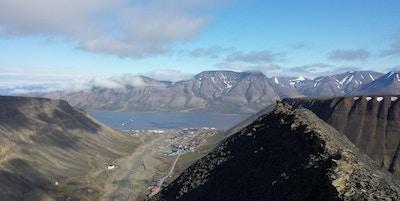 Utsiktsbilde fra toppen av et fjell med fjorden mellom