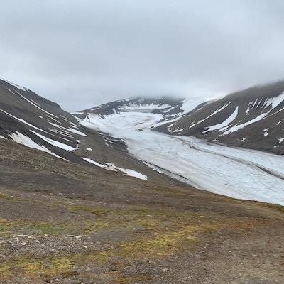 Utsikt over snøkledde fjell