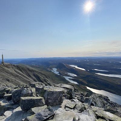 Fjell, stein og vann utsikt fra toppen