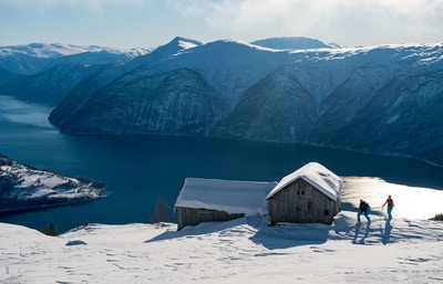 Fantastisk utsikt over fjorden fra fjellene