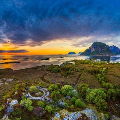 Landskap fra Helgeland i solnedgang