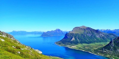 Utsikt over fjell, øyer og hav nord i Norge på Helgeland
