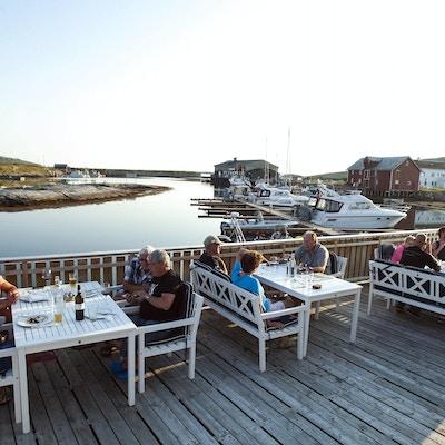 Mennesker som spiser middag på bryggekanten - Støtt Brygge