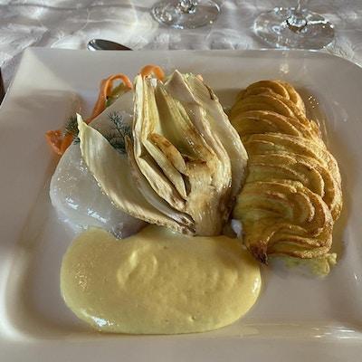 Matrett med hvit fisk, poteter, saus og tilbehør