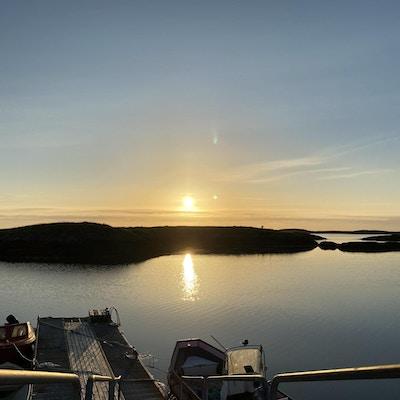 Utsikt over havet og en brygge i solnedgang