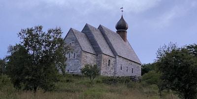 Kirke av mur med rundt spir