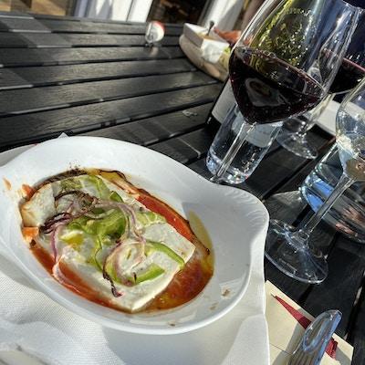 Fiskemiddag er servert på tallerken med glass og bestikk