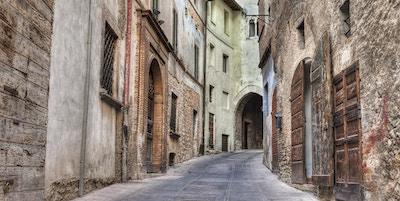 pittoreske, smale smug i den gamle italienske byen Trevi, Umbria, Italia