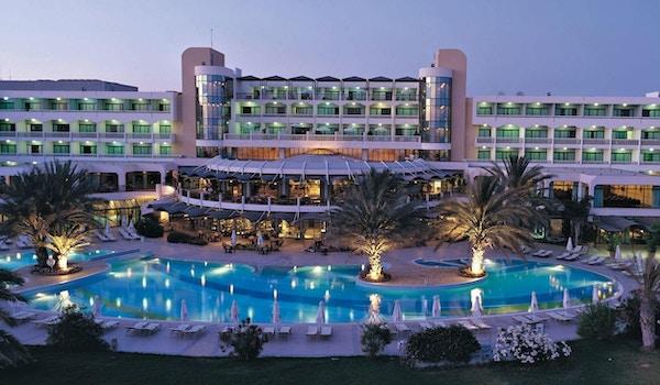 Hotellets uteområde sett fra sjøen, Athena Beach Hotel