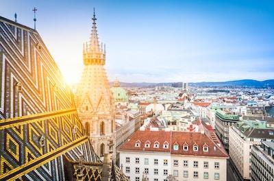 Luftfoto over hustakene i Wien fra Nord-tårnet på St. Stephen's Cathedral, inkludert katedralens berømte utsmykkede, fargerike tak laget av 230 000 glaserte fliser, Østerrike