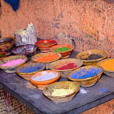 Skåler med forskjellige pigmenter og fargestoffer i Marrakechs marked