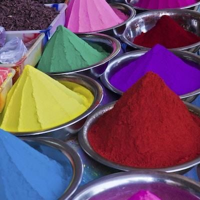 Krydder i mange ulike farger på et marked