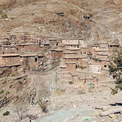 Utsikt mot lille Berber fjelllandsby på vei fra Marrakech til Ourzazate