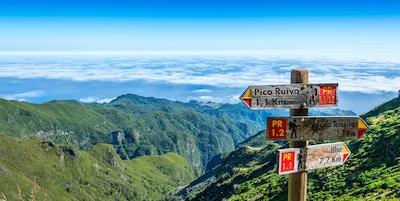 Skilt på toppen av øya Madeira som viser vei til Pico Ruivo, Ilha og Achada do Teixeira