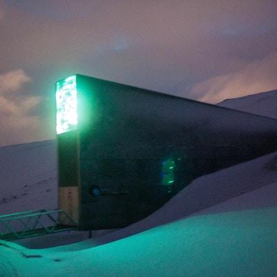 Bygning i snø, med sterkt grønt lys