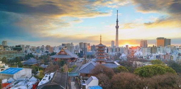Utsikt over Tokyo skyline med Senso-ji Temple og Tokyo skytree ved skumring i Japan.