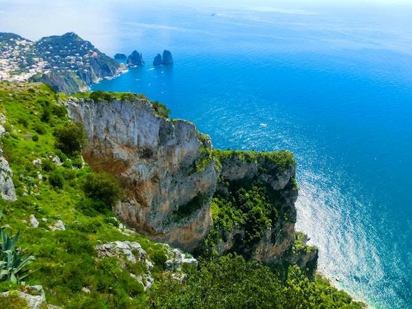 Utsikt fra en klippe på øya Capri, Italia, og svaberg i sjøen