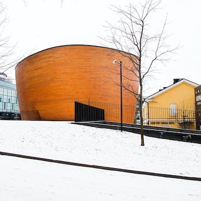 Arkitekttegnet bygning i Helsinkii med runde former