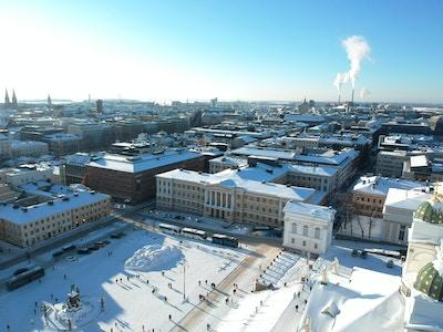Stort torg med offentlige bygninger tatt ovenfra om vinteren