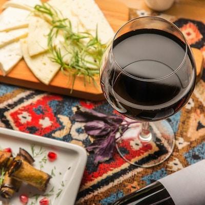 Et glass med rød georgisk vin til middag