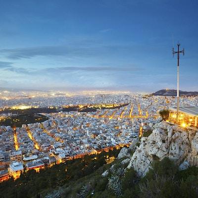 Utsiktsbilde tatt om kvelden fra en høyde der byens mange hus er belyst