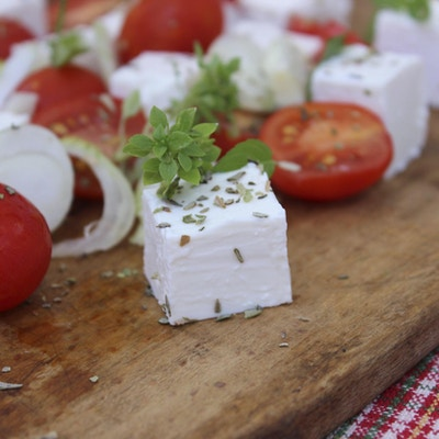 Tomater og fetaost på ei trefjøl