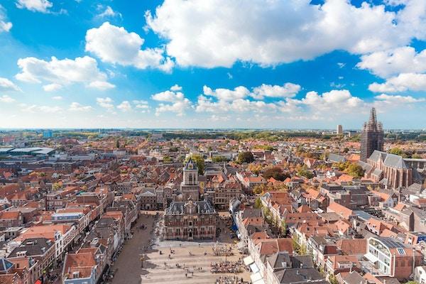 Kongelig by Delft landemerke i solskinnsdag