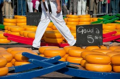 Mange hel nederlandsk ost på markedet i Alkmaar
