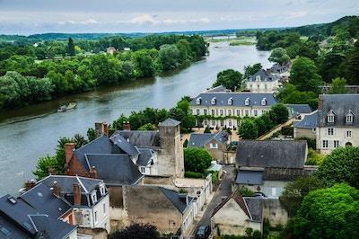Loire-elven stiger i Massif Central-opplandsområdet i Sør-sentrale Frankrike, og flyter nord og vest i 634 miles mot Brittany, hvor den tømmes ut i Atlanterhavet. Det er den lengste elven i Frankrike. Denne delen grenser til byen Amboise.