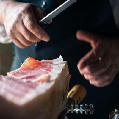 En spansk kjøpmann som kutter opp kjøtt
