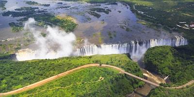 Victoria Falls (eller Mosi-oa-Tunya (Tokaleya Tonga: the Smoke that Thunders) er et fossefall sør i Afrika på Zambezi- elven på grensen mellom Zambia og Zimbabwe.
